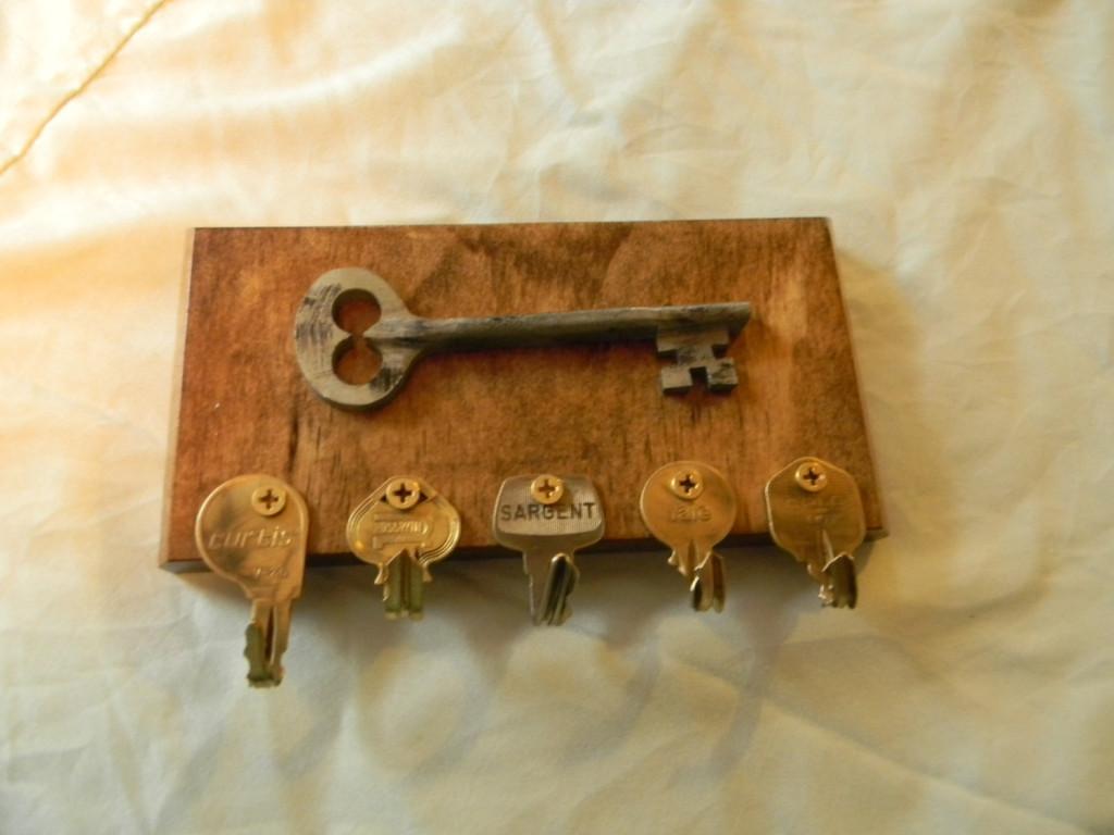 Colgador de llaves decorado con llave antigua diseñado por CraftsByAl