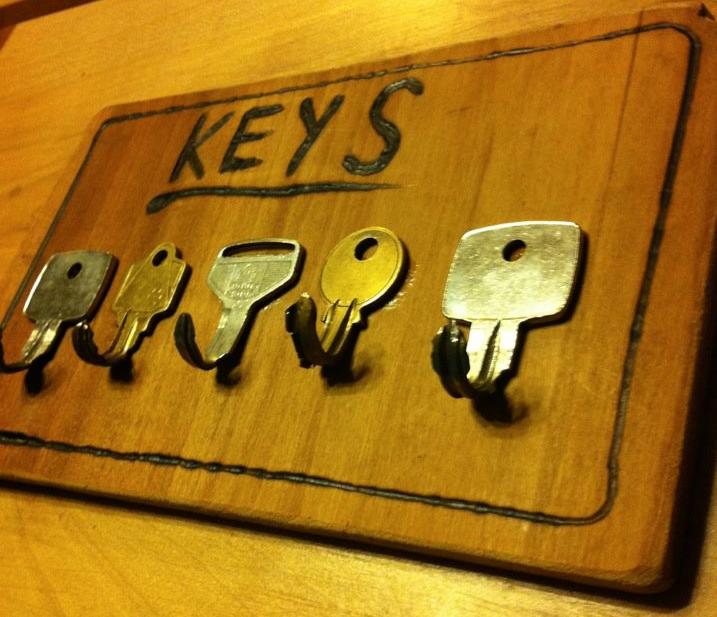 Colgador de llaves decorado mediante pirógrafo