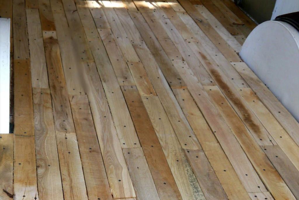 Suelo parquet con madera de palé en caravana ideado por Deidrea Ann