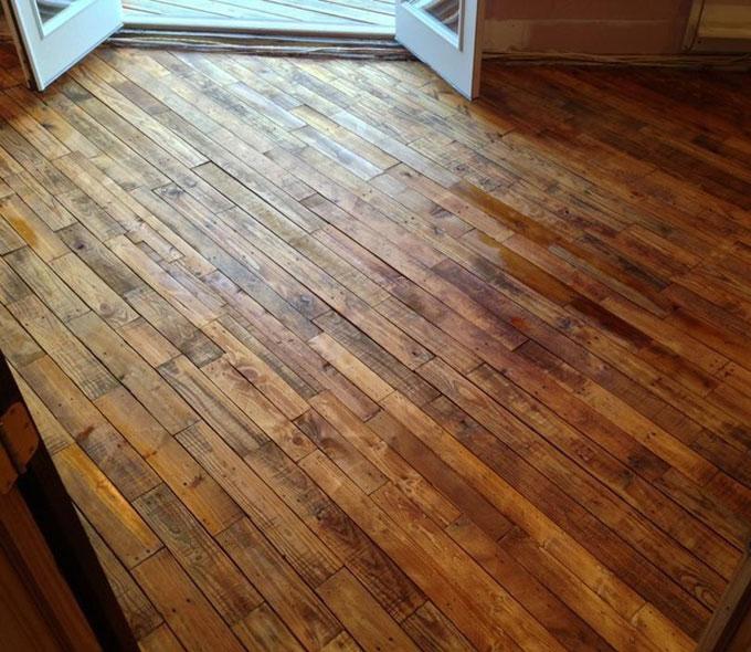 Suelo de parquet con madera de pal decoraci n for Suelo economico para interior