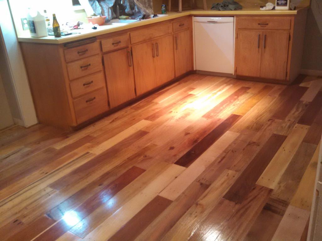 Suelo de parquet con madera de pal decoraci n for Cocinas con parquet