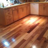 Suelo de parquet con madera de palé en la cocina.